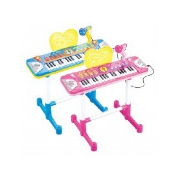 Пиано с микрофон и стол
